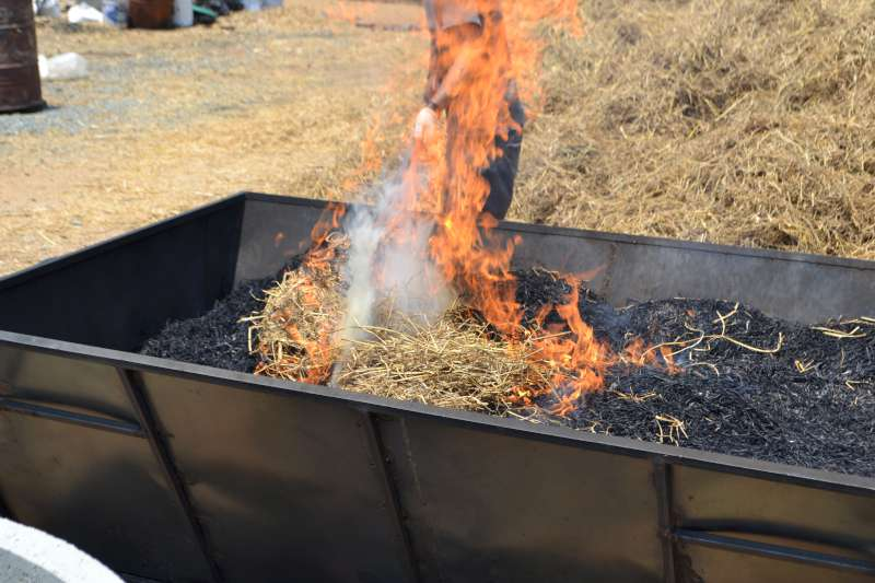 14-t2k-rice-straw-pit-stoking-in-late-burn-160523-800